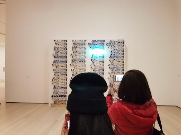 """Bruce Nauman, """"One Hundred Live and Die"""", 1984, fra utstillingen Disappearing Acts, MOMA, New York, 2018. Foto fra utstillingen: Siri Wolland."""