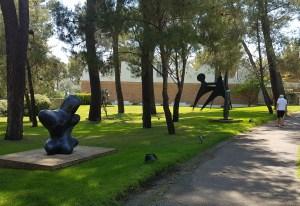Fra hagen, Foundation Maeght i St Paul de Vence, og utstillingen Joan Miró. Au-delà de la peinture. Foto Siri Wolland.