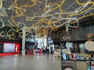 Brainstorm, neon-installasjon av Lars Ø. Ramberg. Deichman Bjørvika, av arkitektene Lund Hagem og Atelier Oslo, 2020. Foto Siri Wolland.
