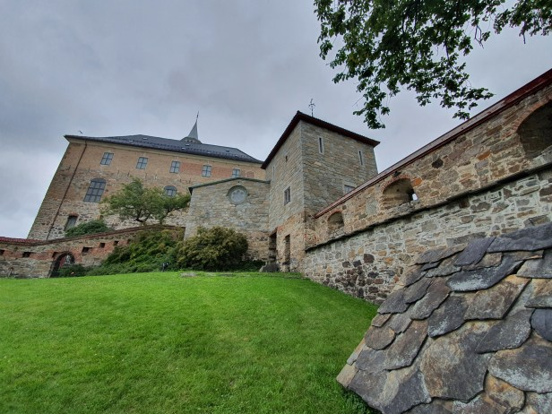 Akershus slott, med Romeriksfløyen bak og jomfrutårnet til høyre. Foto Siri Wolland.