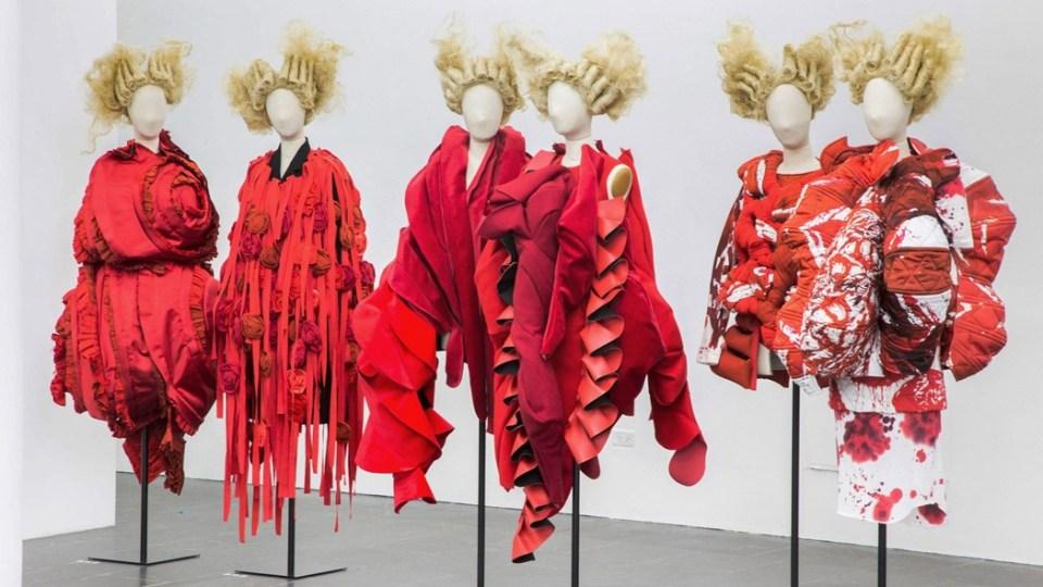 Vista de la exposición de Rei Kawakubo/Comme Des Garçons en el Museo Metropolitano de Arte de Nueva York