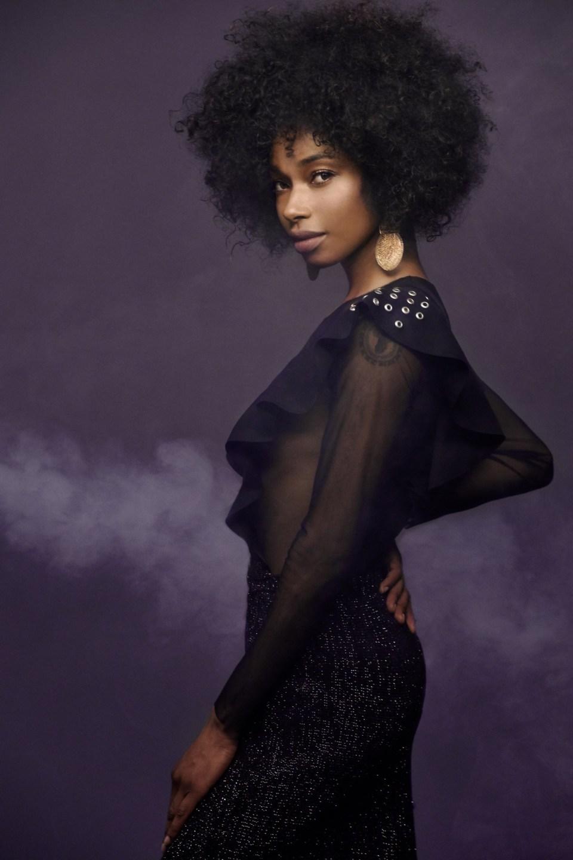 Fotografía de la diseñadora colombiana Lía Samantha con un vestido negro