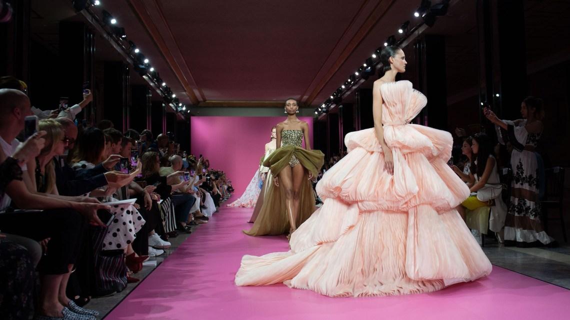 Modelos caminando en la pasarela del desfile de Georges Hobeika en la semana de la moda de Alta costura de París en julio de 2019.
