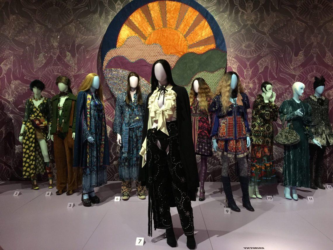 """Vista de la exposición """"The World of Anna Sui"""" en el Museum of Arts and Design, Nueva York, 12 de septiembre de 2019 al 23 de febrero de 2020. Fotografía de Laura Beltrán-Rubio."""