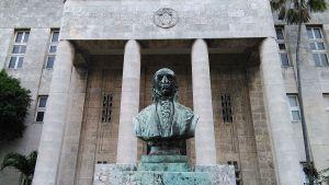 Fachada_Sociedad_económica_de_amigos_del_país_(La_Habana)