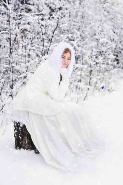 cold_female_model_person_sitting_snow_winter_winter_clothing-1033885.jpg!d