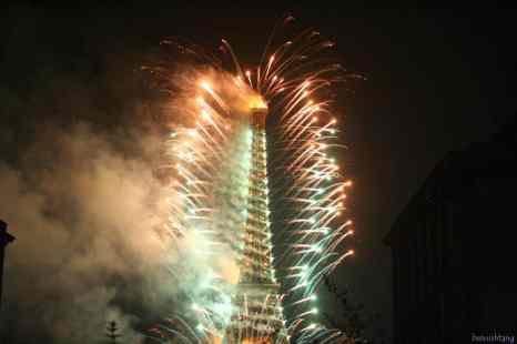 Eiffel_tower_fireworks_on_July_14th_Bastille_Day