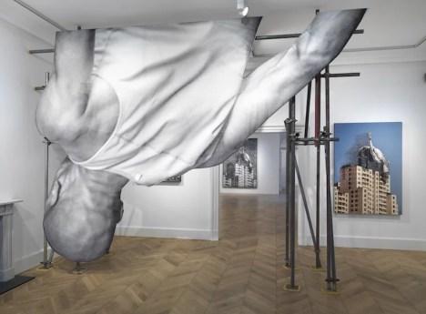 """Installation de l'exposition """"Giants – Body of Work"""" à la galerie Lazinc, 2017"""