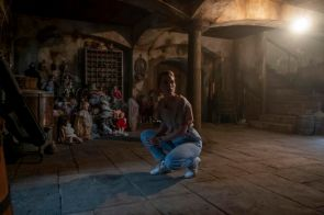 THE HAUNTING OF BLY MANOR (L to R) VICTORIA PEDRETTI as DANI in episode 102 of THE HAUNTING OF BLY MANOR Cr. EIKE SCHROTER/NETFLIX © 2020 october