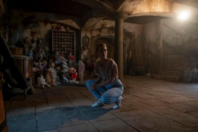 THE HAUNTING OF BLY MANOR (L to R) VICTORIA PEDRETTI as DANI in episode 102 of THE HAUNTING OF BLY MANOR Cr. EIKE SCHROTER/NETFLIX © 2020