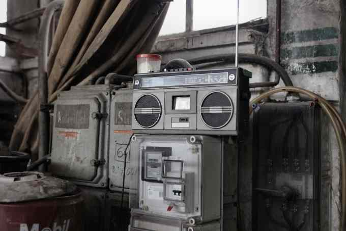 Grammy Awards 內容示意圖// retro radio tape recorder in workshop