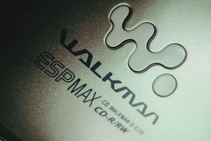 類比音樂(Analogy)與數位音樂(Digital)// Walkman // 隨身聽 // compact cd player made with gray plastic