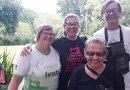 Um homem e três mulheres na feira colonial do dia 9/12/2018, uma vestindo camiseta do Cumoia Ivoti