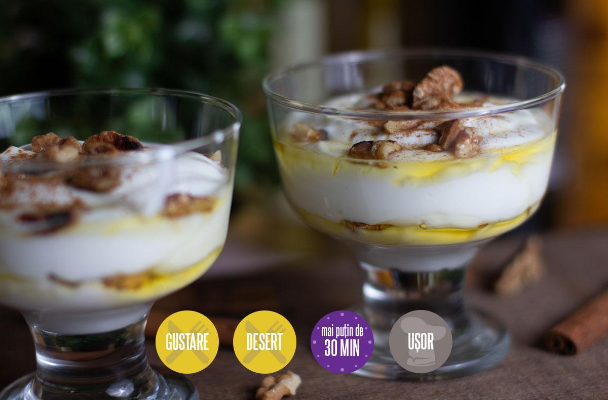iaurt grecesc cu miere și nuci