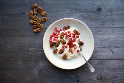 Yogur griego con miel, nueces de macadamia y granada
