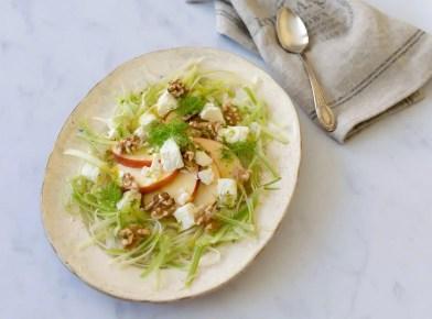Ensalada de hinojo, manzana, nueces y queso feta con vinagreta francesa