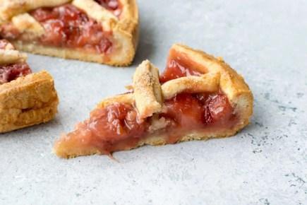 Crostata italiana con salsa de fresas