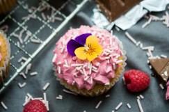 Cupcakes med toblerone og hindbær