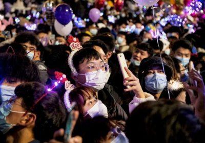Urlano al complotto perché a Wuhan hanno festeggiato Capodanno, ma non sono capaci di tenere la mascherina per mezz'ora