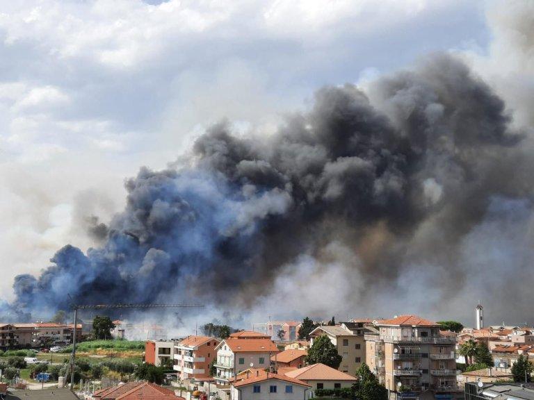 Abruzzo in fiamme: le città chiedono aiuto