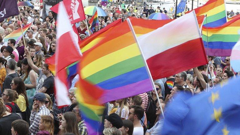 """Polonia: tre regioni fanno un passo indietro sulle """"LGBT Free-Zones"""" per non perdere i finanziamenti UE"""
