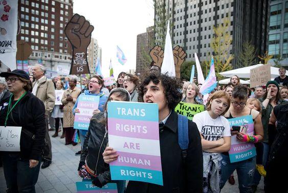 Il Texas vive nel Medioevo: dopo la legge anti aborto, anche quella contro le persone trans