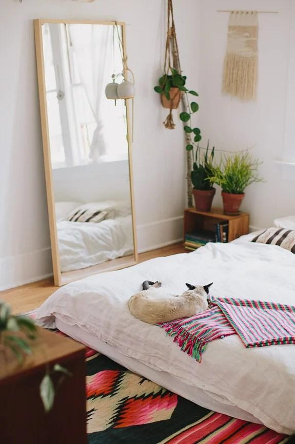 Un dormitorio con detalles bohemios