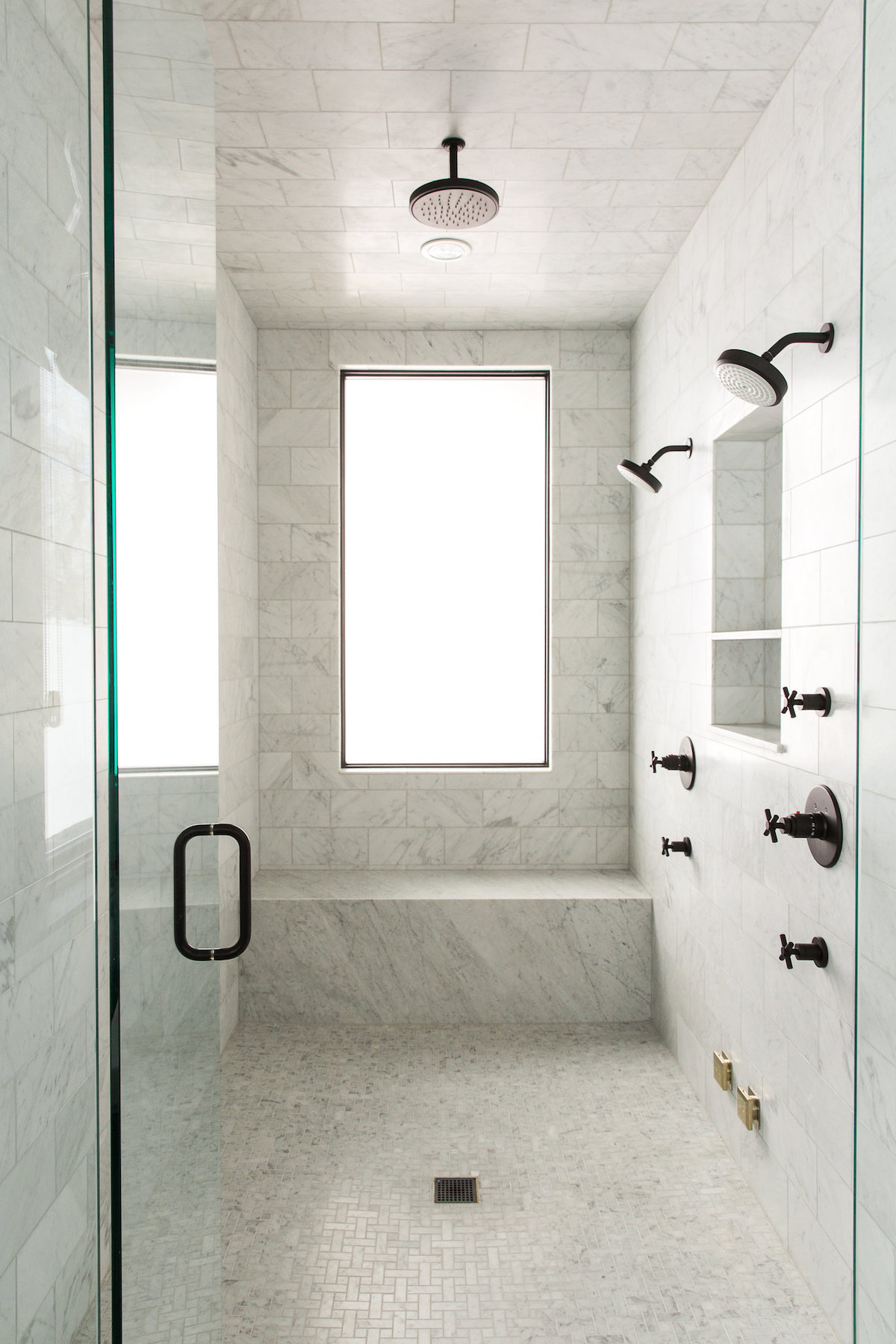 16 Perfect Marble Bathrooms with Black Fixtures