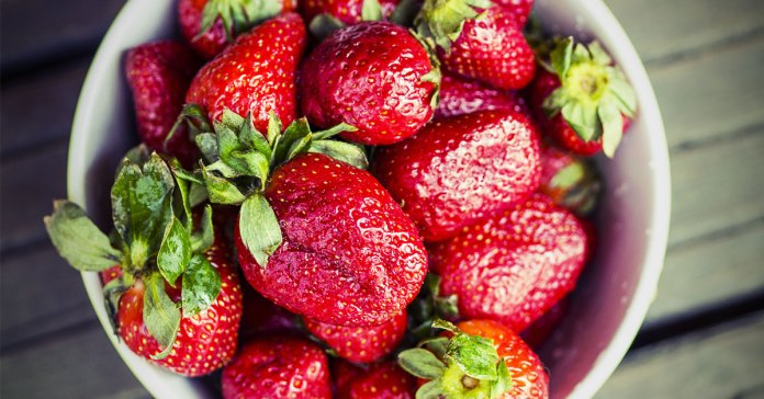 9_Fruits_For_Glowing_Skin_[Infographic]_Strawberry