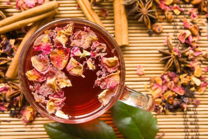 Washing Your Face With Rose Tea Keeps Your Skin Hydrated