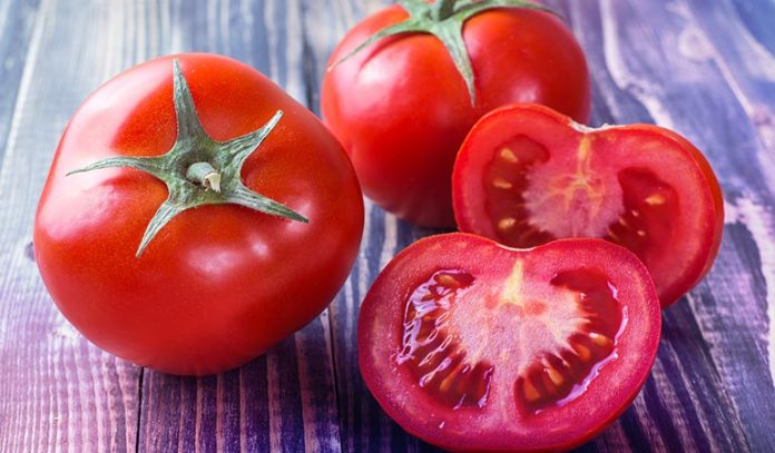 Tomato slices and tomato mask applied on the skin helps prevent an oily skin