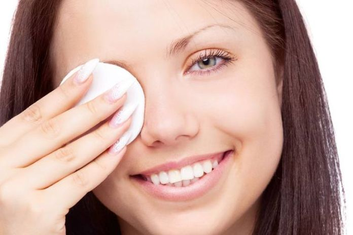Using coconut oil is a good method to remove eye makeup