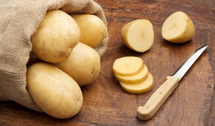 Raw potato is a great emollient that heals red, dry and itchy skin
