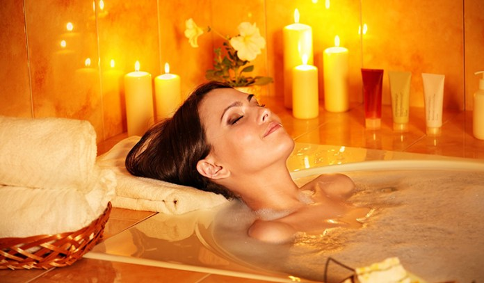Close your eyes, listen to music and relax your body and mind in the tub