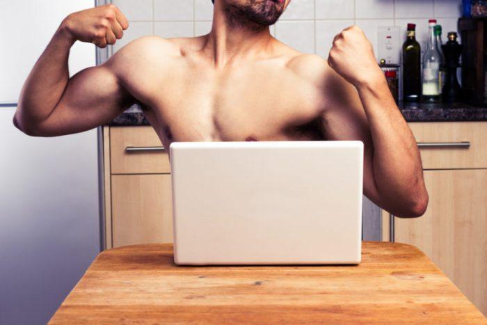 海外男性がライブチャットをしているイメージ