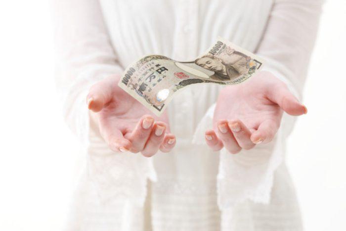 お金を浮かす女性