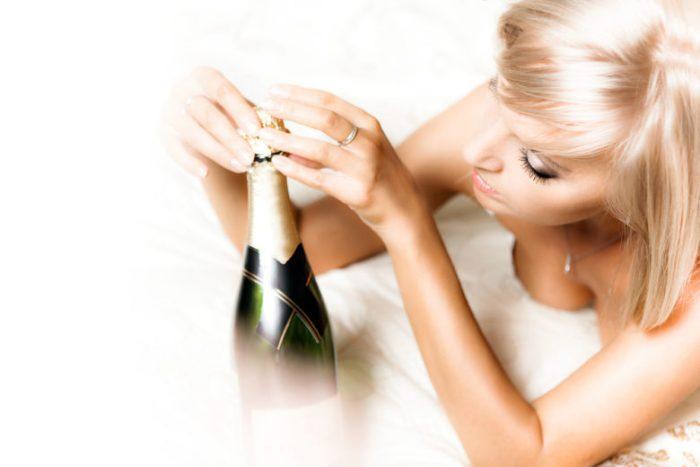 ニュークラブでシャンパンを開けているイメージ