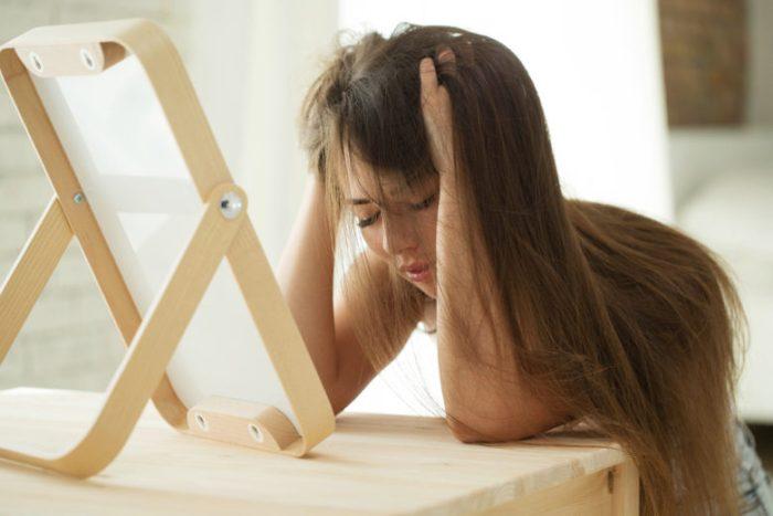 悩む女性イメージ