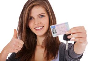 身分証明書を持つ女性画像