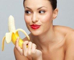 バナナを見つめる女性