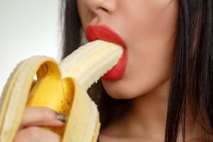 バナナをフェラする女性