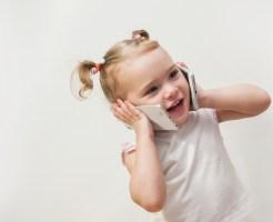 電話を持つ女の子画像