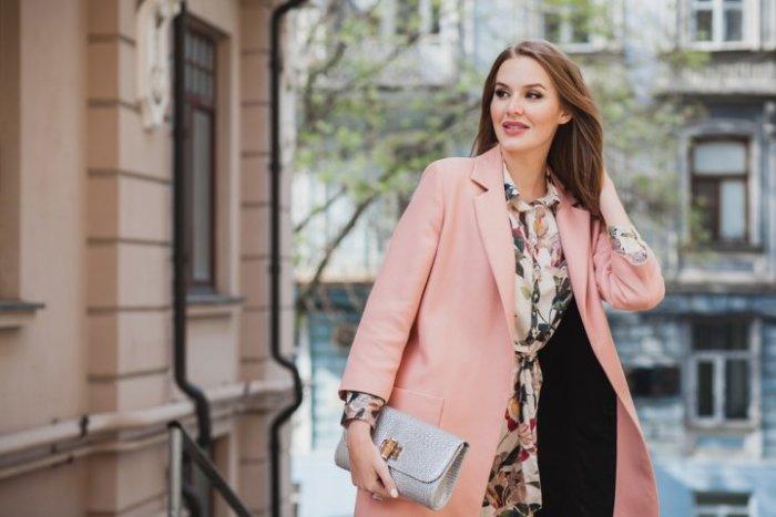 コートを着てる女性