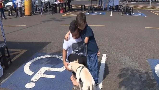 menino deficiente adotou cão deficiente