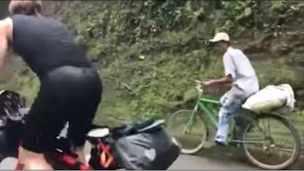 Campesino rebasa a atletas profesionales con su humilde bicicleta