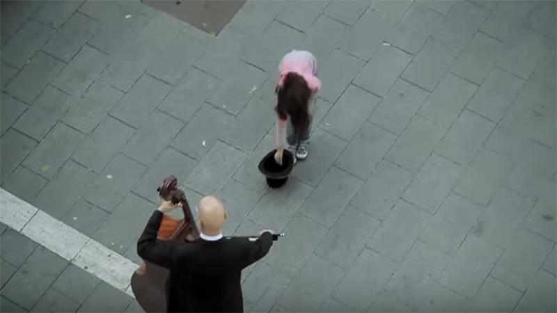La niña le da una moneda a un músico callejero, y recibe una sorpresa que no olvidará en su vida