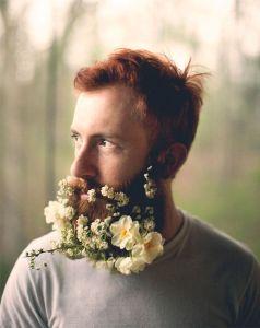 Hombres con Flores en su Barba, la nueva Tendencia