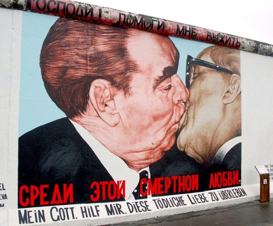 Beso fraternal en Berlín