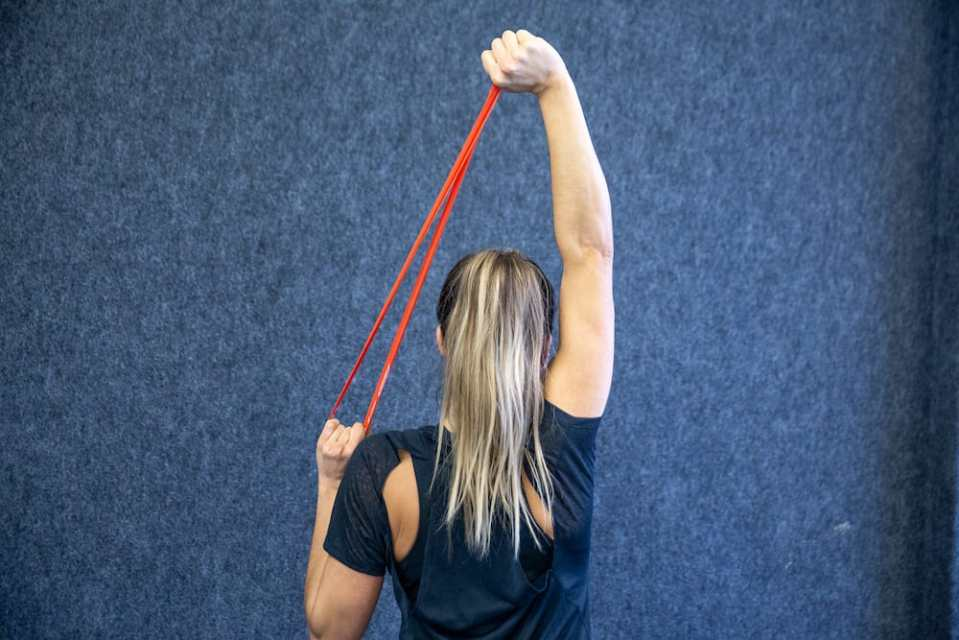ejercicios para brazos con bandas elásticas