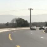 Una carretera de Argelia posee un gran obstáculo en mitad de la vía